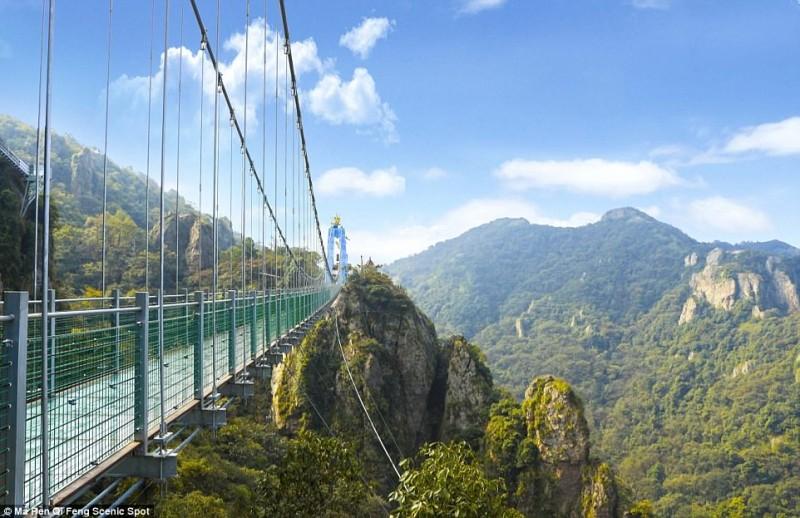 Η πιο μακριά γυάλινη γέφυρα του κόσμου άνοιξε! Που βρίσκεται;