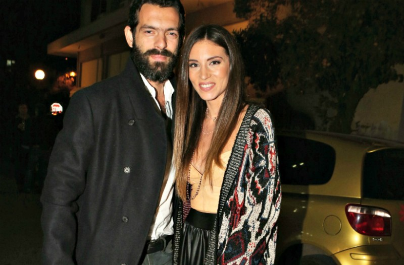 H Aθηνά Οικονομάκου ποζάρει χωρίς μπλούζα στον καθρέφτη και ο Μιχόπουλος της χαϊδεύει την φουσκωμένη κοιλίτσα!