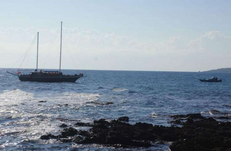 Σκάφος με 29 πρόσφυγες προσάραξε σε παραλία της Κεφαλονιάς εν μέσω καταιγίδας!