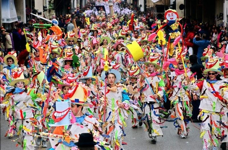 Άκρως εντυπωσιακή είναι η πρώτη εμφάνιση των καρναβαλικών αρμάτων στην Πάτρα! (Video)