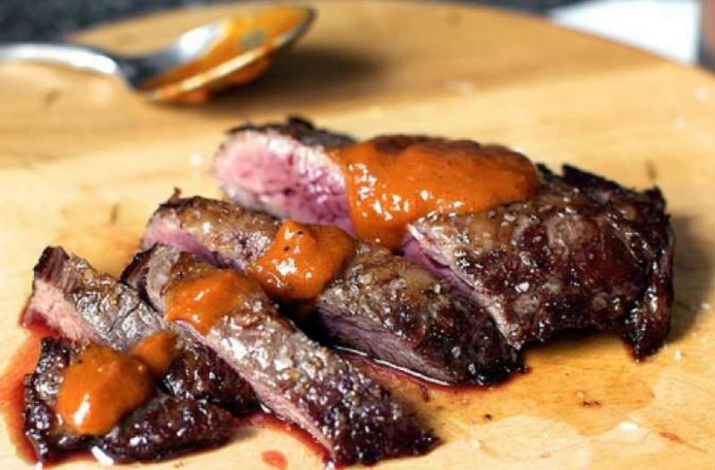 Όλα στη σχάρα: Συνταγή για τη pepper steak sauce που θα κάνει τα ψητά κρεατικά σας μοναδικά