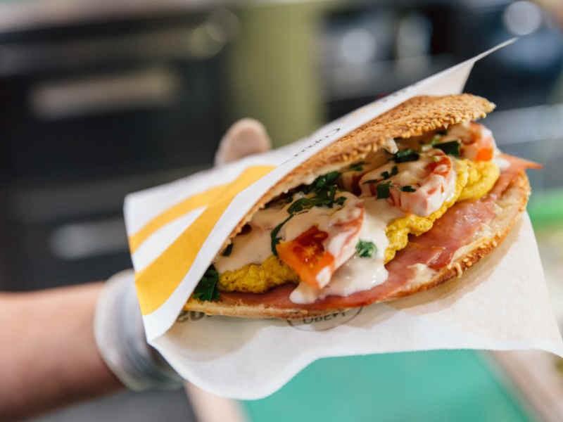 Σύνταγμα: Δες πώς μπορείς να συνδιάσεις την διατροφή με το street food! 6 προτάσεις για «υγιεινά» γεύματα στο πόδι!