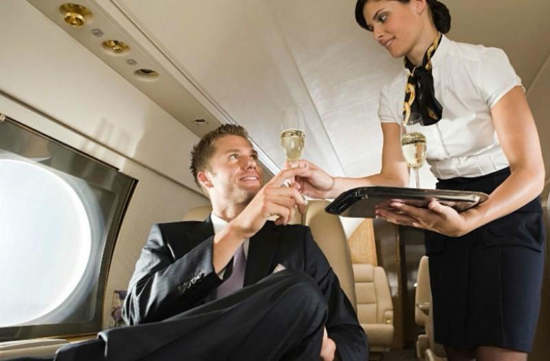 Προσοχή: Ποιο αναψυκτικό ΔΕΝ πρέπει να ζητήσεις στο αεροπλάνο