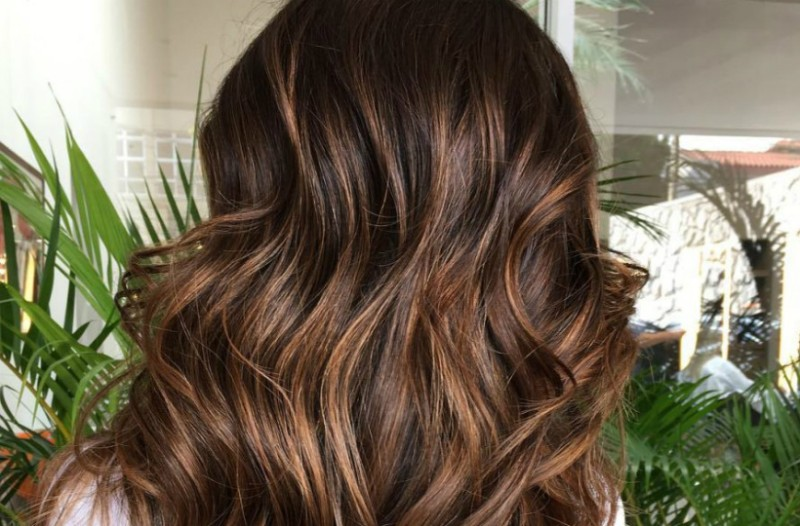 Μελαχρινές έχουμε αυτό που χρειάζεστε  Μαλλιά στο χρώμα της σοκολάτας! 8e59be55dfa