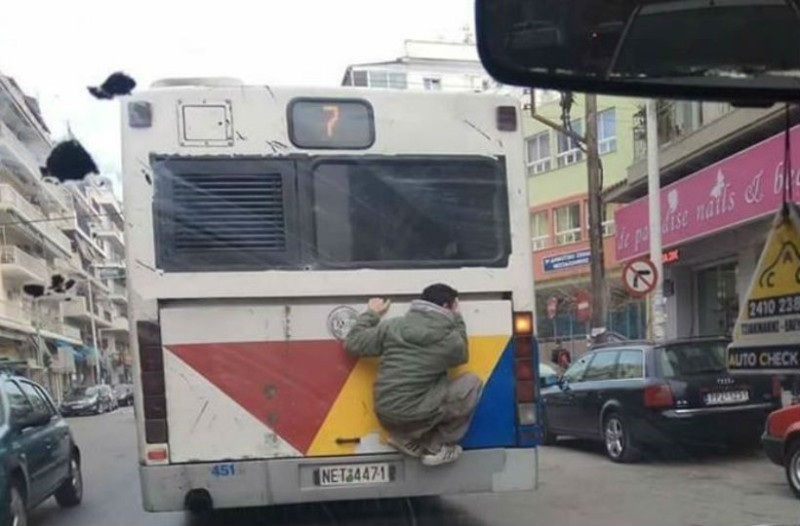 Έπος! Σκαρφάλωσε στη μηχανή λεωφορείου του ΟΑΣΘ για να γλυτώσει το εισιτήριο!