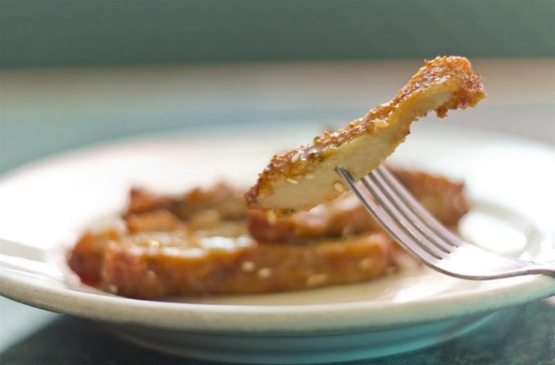 Η συνταγή της ημέρας: Φτιάξτε το πιο ζουμερό κοτόπουλο με κρούστα από φιστίκι Αιγίνης!