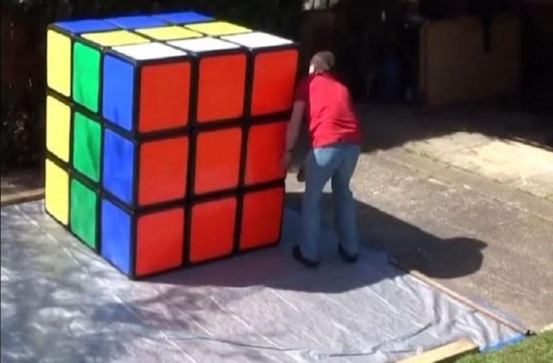 Ρεκόρ Γκίνες: Έλυσε κύβο του Ρούμπικ που ζύγιζε... 100 κιλά!