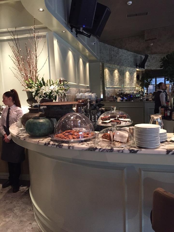 Το μαγαζί στην πλατεία της Αγίας Ειρήνης που «γεννήθηκε» μόλις χθες σας σερβίρει καφέ και φαγητό... άλλου επιπέδου!