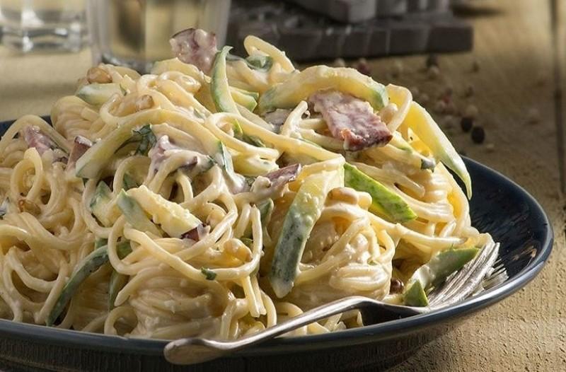 Μία εύκολη και γρήγορη συνταγή: Μακαρονάδα με κολοκυθάκια και βασιλικό! (Video)