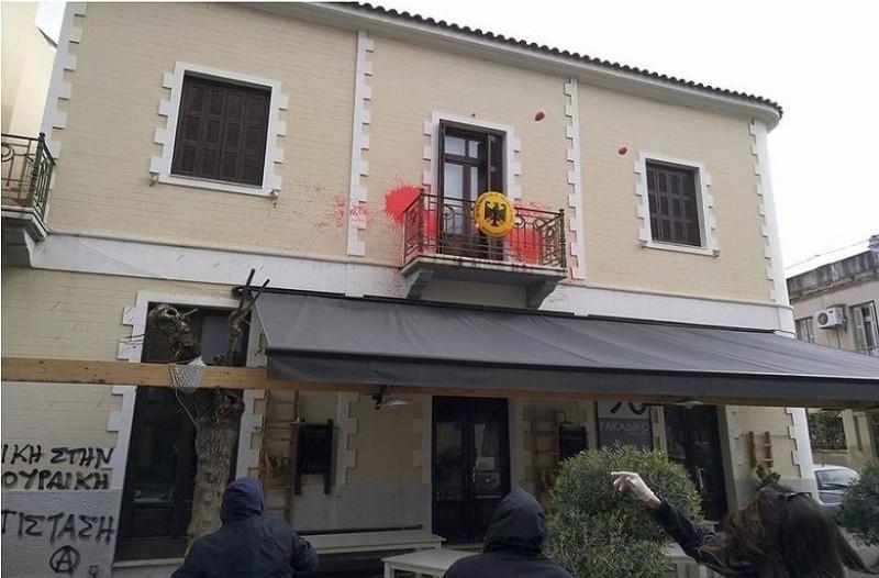 Επίθεση κουκουλοφόρων στο γερμανικό προξενείο στην Πάτρα!