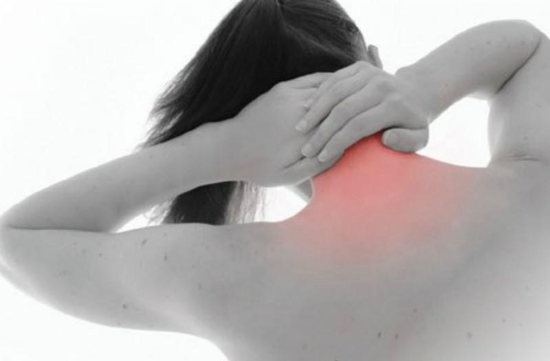 Τι προκαλεί πόνο στον αυχένα και τον ώμο;