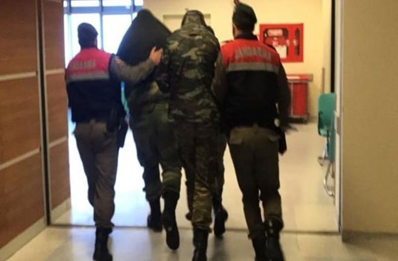 Στην αγκαλιά των γονιών τους έπεσαν οι Έλληνες στρατιωτικοί! Τους είδαν για πρώτη φορά από κοντά στις φυλακές! (Video)