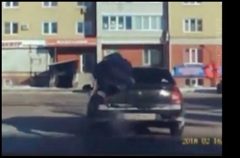 Απίστευτο βίντεο: Κινηματογραφικό σταντ αστυνομικού για να σταματήσει μεθυσμένο οδηγό