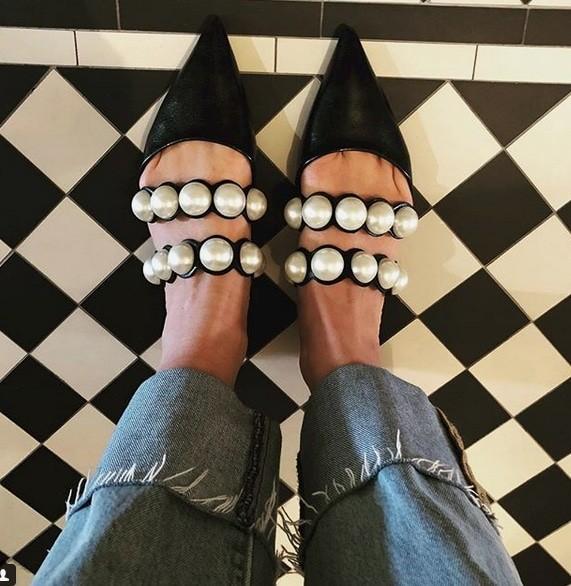 Ενα ζευγάρι ξώφτερνα παπούτσια από τα Zara φαίνεται να είναι το κομμάτι που έχει  ξετρελάνει όλες τις fashion bloggers 3a1f5a28b23