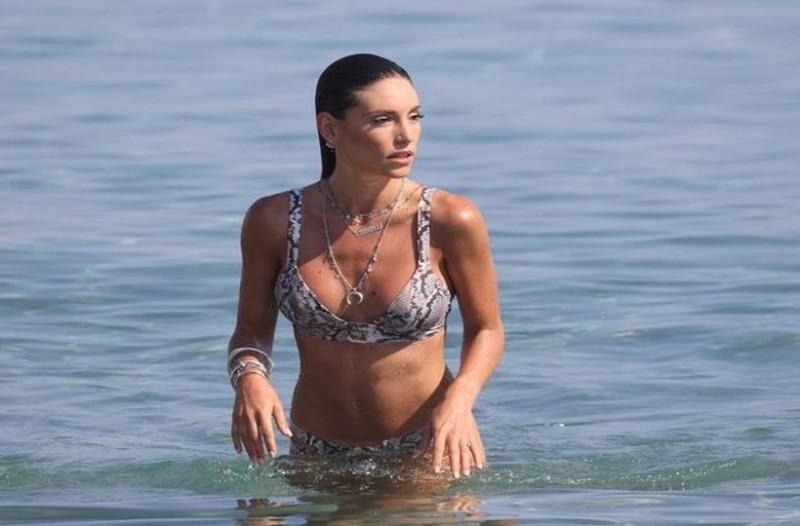 Δεν πρόλαβε να σαραντήσει: Στην παραλία ένα μήνα μετά την γέννα η Αθηνά Οικονομάκου! (photo)