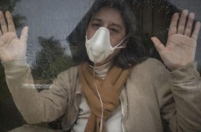 Ανατριχιαστική ιστορία: Εδώ και 13 χρόνια ζει κλεισμένη σε ένα γυάλινο κλουβί!