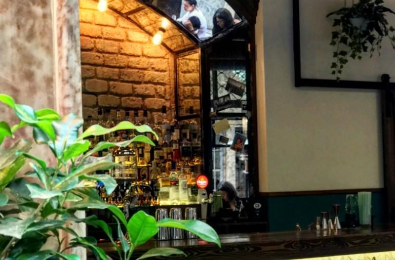 Είναι κρυμμένο σε μια urban στοά, ξέρει από καλό καφέ, «μεθάει» με αψέντι και παίζει μαζί μας... κρυφτό! Τι είναι;