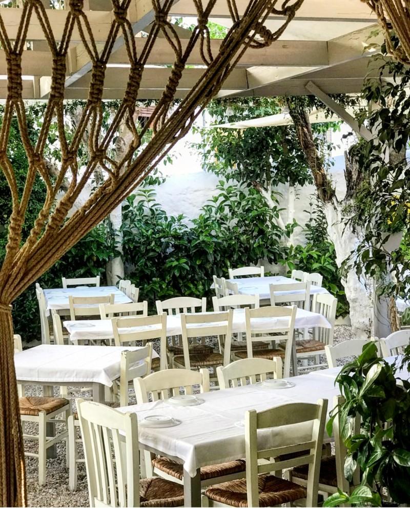 Η πιο όμορφη παλιά Αθηναϊκή αυλή βρίσκεται στο Κουκάκι και σερβίρει τίμια ελληνική κουζίνα! (photos)