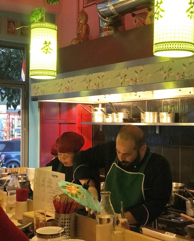 Ανακαλύψαμε το καλύτερο street food της Αθήνας! «Άραξε» στο Κουκάκι και σερβίρει εξωτικές γεύσεις σε τιμές… tuk tuk!