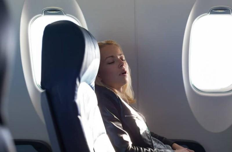 Πολύωρη πτήση; - Tips για να κοιμηθείτε άνετα, χωρίς να πιαστείτε!
