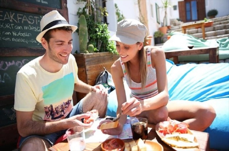 Ποιο ελληνικό φαγητό ψηφίστηκε από τους τουρίστες ως «top εμπειρία»; Και όχι… δεν είναι το σουβλάκι!
