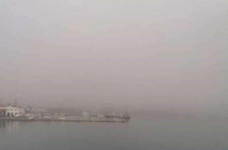 «Εξαφανίστηκε» το λιμάνι της Σούδας στα Χανιά! - Ένα γκρίζο πέπλο σκέπασε την πόλη! (Photo)