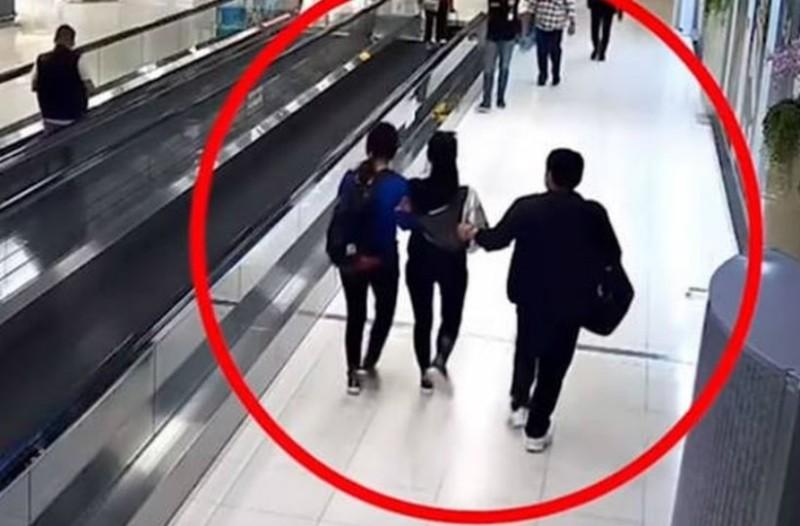 Σοκ: Απήγαγαν τουρίστρια σε αεροδρόμιο χωρίς να το καταλάβει κανείς (video)