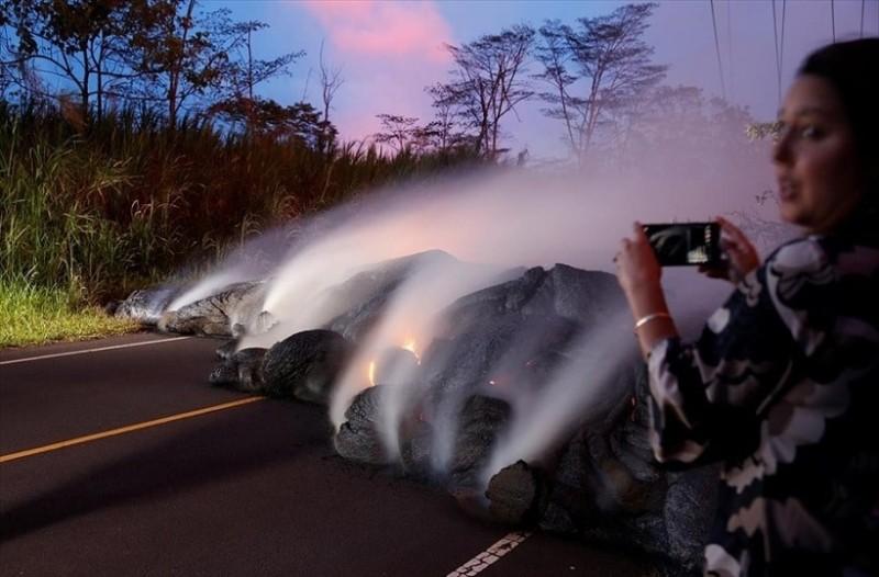 Η φωτογραφία της ημέρας: Λάβα «καταπίνει» δρόμους στην περιοχή Pahoa της Χαβάης!