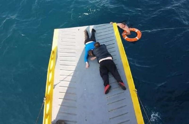 Απίστευτες εικόνες: Καρέ - καρέ η διάσωση γυναίκας που έπεσε στη θάλασσα! (Photo)