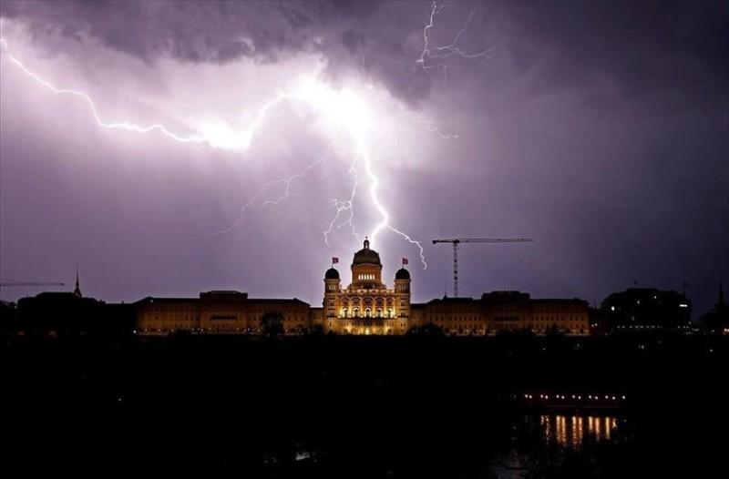 Η φωτογραφία της ημέρας: Κεραυνοί πάνω από το Ομοσπονδιακό μέγαρο της Ελβετίας!