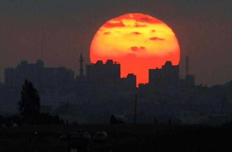 Η φωτογραφία της ημέρας: Ο ήλιος δύει στη Λωρίδα της Γάζας!