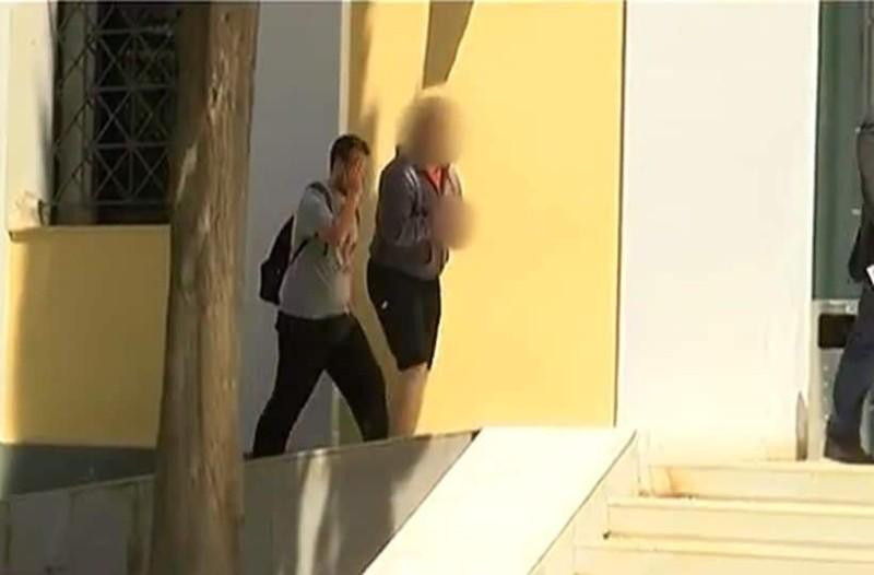 Φρίκη: Έφαγε με το μαχαίρι που σκότωσε την μητέρα του ο μητροκτόνος στη Νέα Σμύρνη! (video)