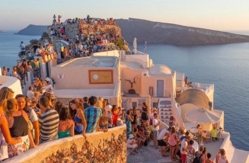Ο Τάσος Δούσης γράφει 10 λόγους που πρέπει να φύγει η Airbnb από την Ελλάδα!