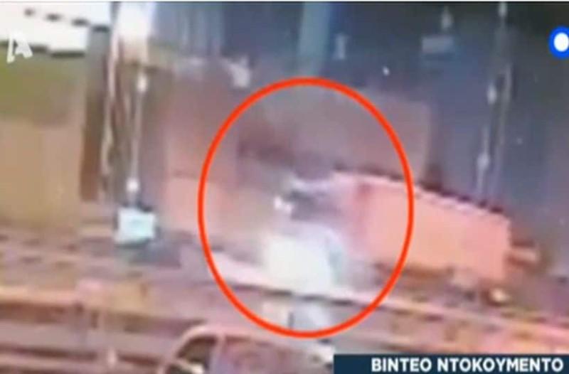 Βίντεο - σοκ: Καρέ - καρέ η στιγμή που η νταλίκα σκορπά τον θάνατο στον Κηφισό!