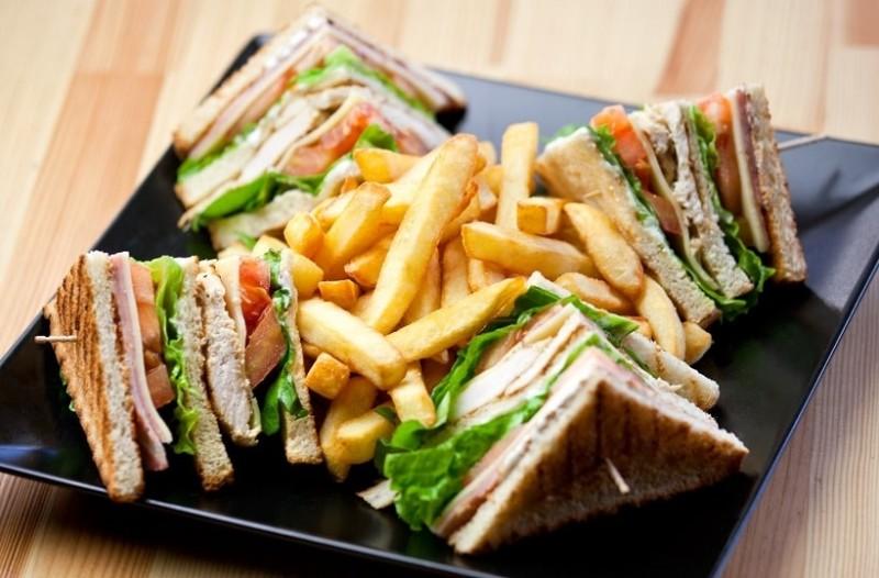 Φτιάξτε το πιο νόστιμο σπιτικό club sandwich με τονοσαλάτα και βασιλικό