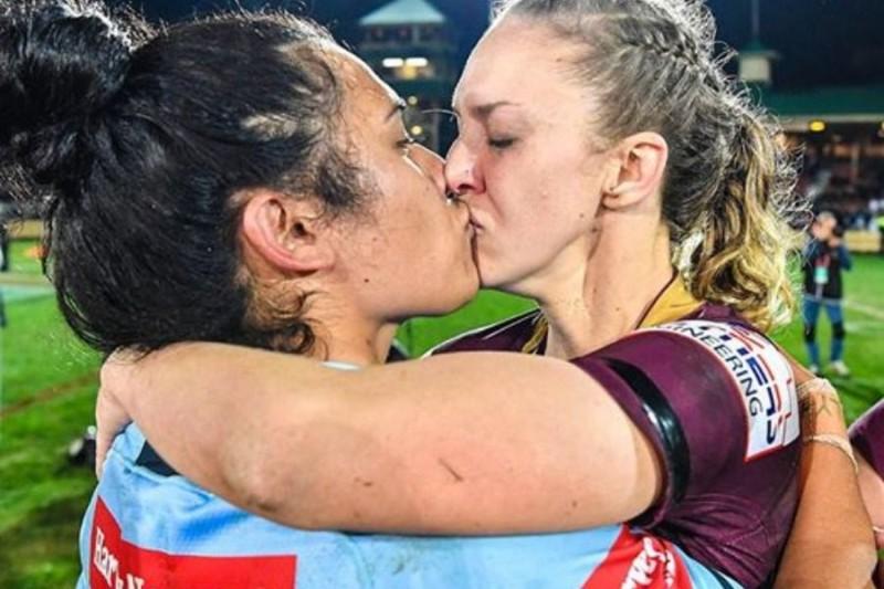 Αντίπαλες στο γήπεδο, ζευγάρι στην ζωή: Το φιλί αθλητριών που προκάλεσε αντιδράσεις!