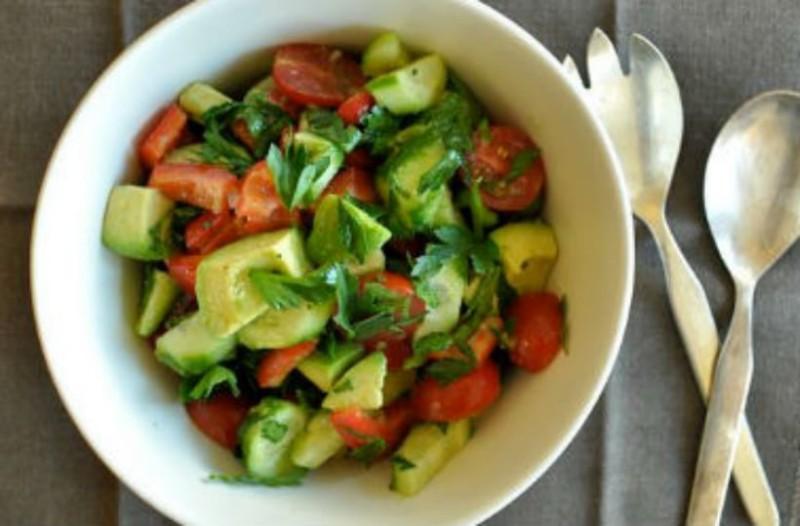 Δροσερή σαλάτα με αβοκάντο και ντομάτα!
