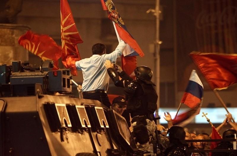 Σοβαρά επεισόδια έξω από το σκοπιανό Κοινοβούλιο! - Συγκρούσεις μεταξύ διαδηλωτών και αστυνομίας! (Video)