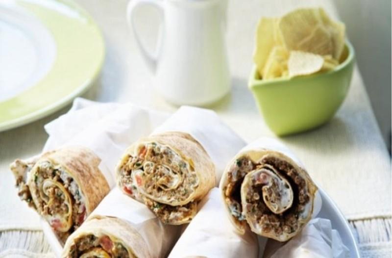 Το απόλυτο σνακ: Ρολάκια αραβικής πίτας με γιαούρτι και πικάντικο κιμά! (Video)