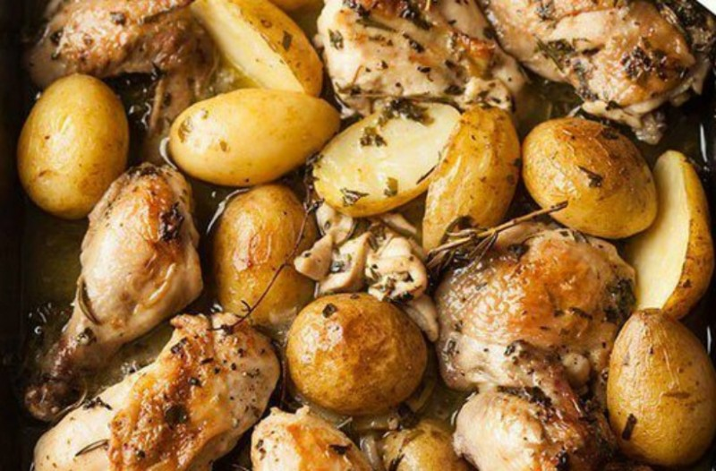 Κοτόπουλο με πατάτες, μυρωδάτα βότανα και σκόρδο στο φούρνο
