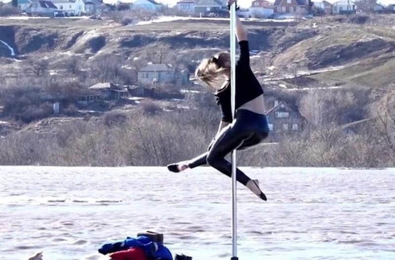 Άκρως εντυπωσιακό: Κάνει pole dancing πάνω σε κομμάτια πάγου μέσα σε ποτάμι! (Video)