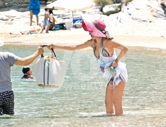 Ελένη Μενεγάκη: Με παρτό μαγιό για μπάνιο! Το σκάφος και ο Μάκης Παντζόπουλος!