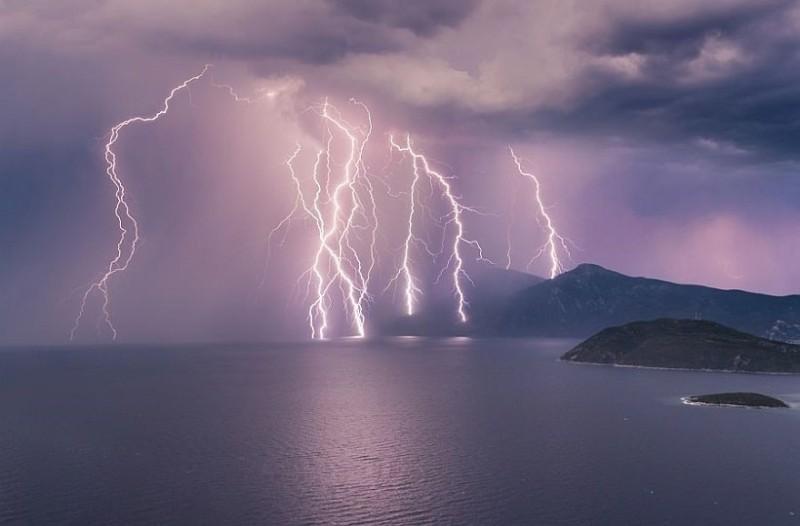 Μοναδικές εικόνες από την καλοκαιρινή καταιγίδα που «σάρωσε» τη Σάμο! (Video)