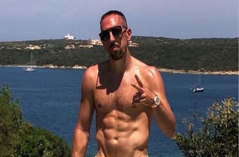 Ο Ριμπερί κάνει διακοπές στην Ελλάδα και ακούει Παντελίδη! (video)