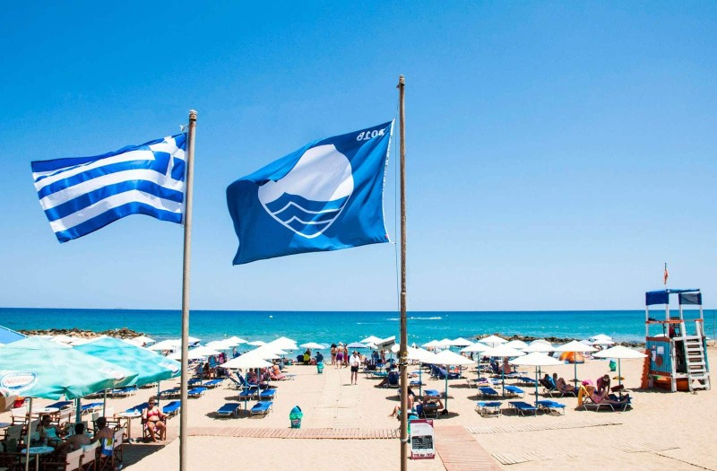 Συναγερμός στην μέση της τουριστικής σεζόν: Πήραν πίσω όλες τις γαλάζιες σημαίες από τον κορυφαίο ελληνικό προορισμό!