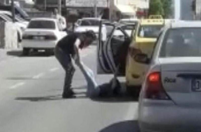 Βίντεο σοκ: Ταξιτζής καταδικάστηκε σε ένα χρόνο φυλακή επειδή πέταξε μια γυναίκα έξω από το ταξί!