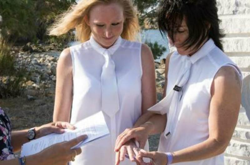 Μυτιλήνη: Δυο Βρετανίδες παντρεύτηκαν επίσημα! Στα λευκά, στην παραλία Ερεσού (Photos)