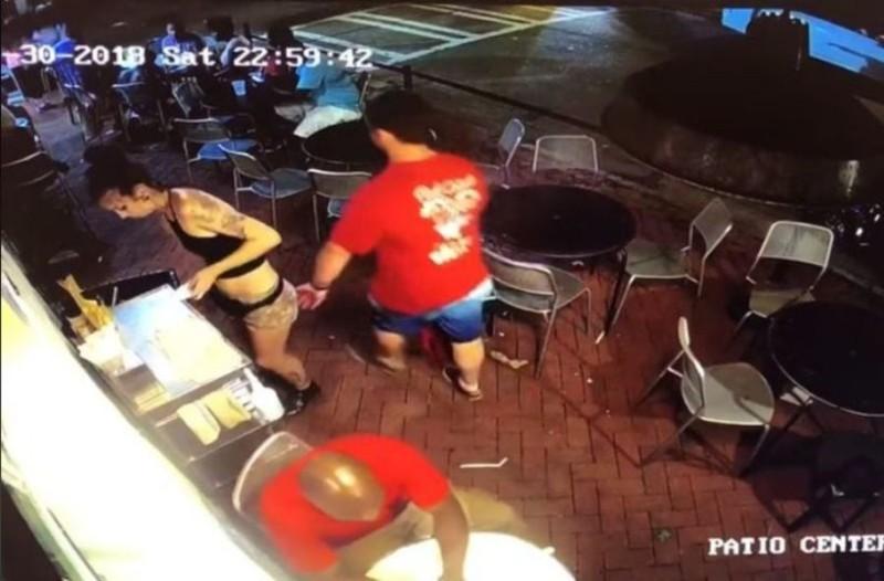 Αποφάσισε να βάλει... χέρι στην σερβιτόρα! Αυτό όμως που θα ακολουθούσε δεν το φανταζόταν με τίποτα! (video)