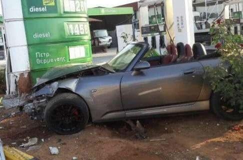 Χανιά: Αυτοκίνητο έπεσε πάνω σε βενζινάδικο! (photos)