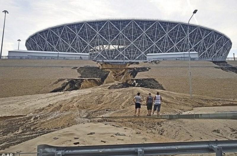Άρχισαν να καταρρέουν τα γήπεδα του Μουντιάλ, λόγω... βροχής! (photos)
